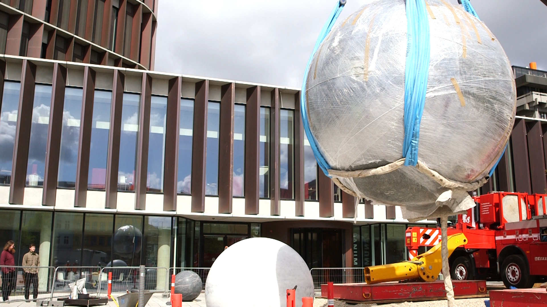 One of the globes arrives at the Maersk Tower